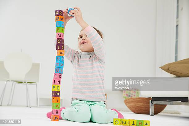 germany, munich , girl playing with wooden blocks - nur kinder stock-fotos und bilder