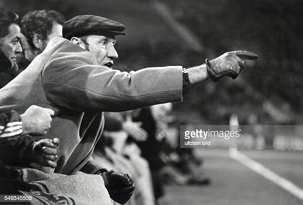 Germany Munich Helmut Schoen coach of national footballteam shouting instructions to the players while game