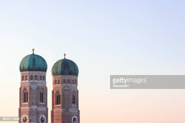 germany, munich, view to spires of cathedral of our lady at twilight - münchen stock-fotos und bilder