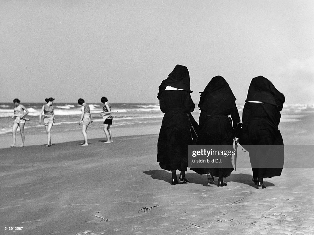 Germany - North Frisia - Borkum: catholic nuns at the beach, watching thier orphan children - Photographer: Gert Kreutschmann- undatedVintage property of ullstein bild : Foto di attualità