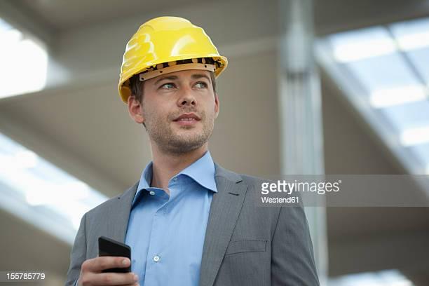 Germany, North Rhine Westphalia, Duesseldorf, Mid adult man using smart phone