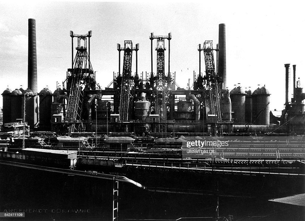 Germany, North Rhine-Westfalia, Ruhr: Smeltery Oberhausen AG. Blast furnace, picture taken by Erich Angenendt, 1950s. : Foto jornalística