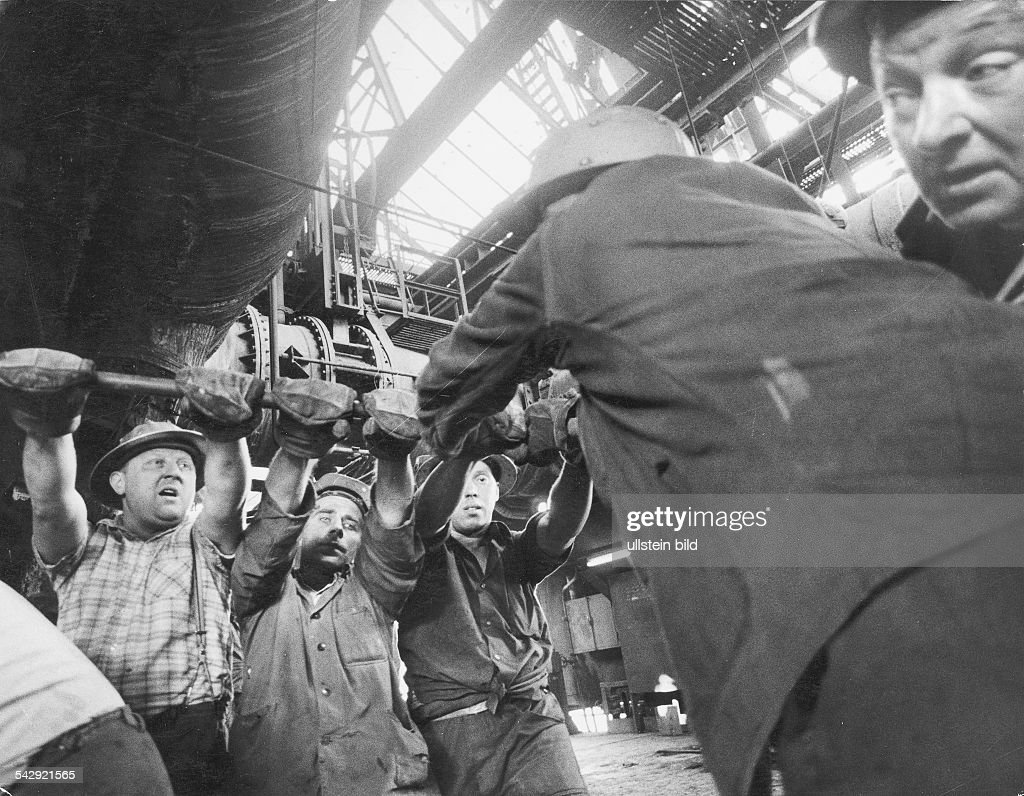 Germany, North Rhine-Westfalia, Ruhr: Steelworker. 1969 : Foto jornalística