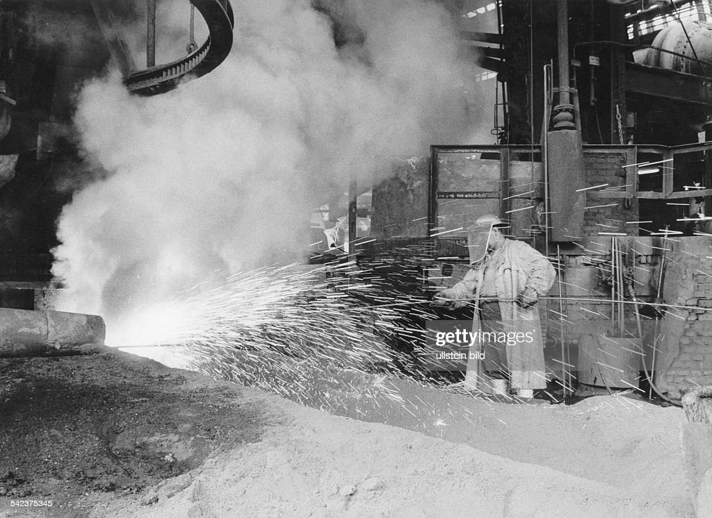 Germany, North Rhine-Westfalia, Ruhr: Steelworker in a steelworks. 1968. : Foto jornalística