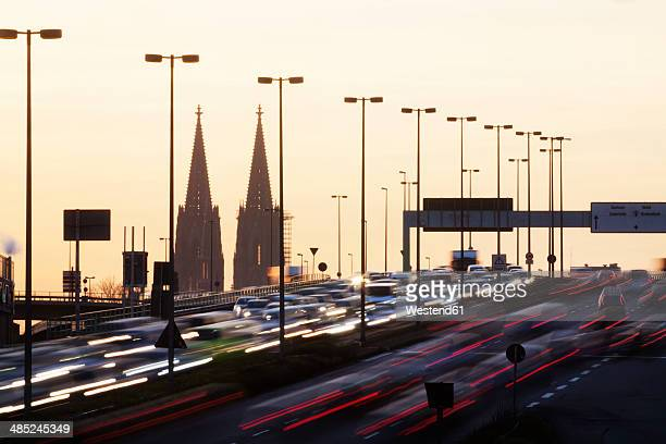 germany, north rhine-westphalia, cologne cathedral and rush hour on zoobruecke at dusk - verkehrswesen stock-fotos und bilder