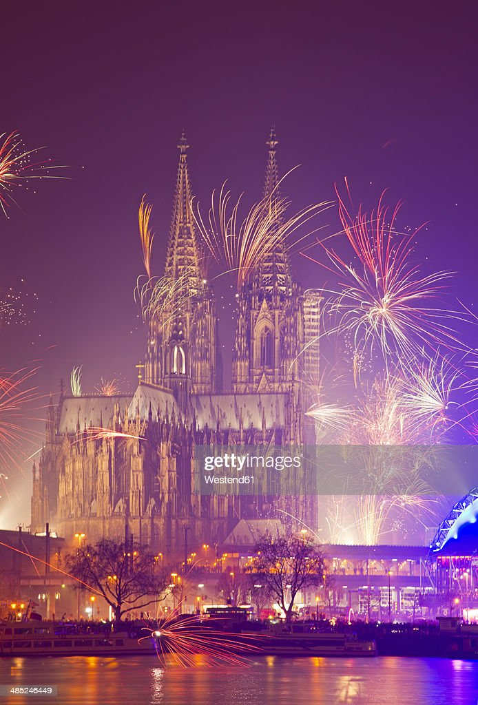 Germany, North Rhine-Westphalia, Cologne, Cologne cathedrale at New Year's Eve with fireworks : ストックフォト