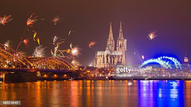 germany, north rhine-westphalia, cologne, skyline at new year's eve with fireworks - colônia renânia - fotografias e filmes do acervo