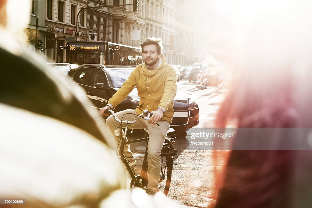 Germany, North Rhine-Westphalia, Cologne, young man riding bicycle : Stock-Foto