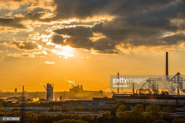 germany, north rhine-westphalia, duisburg huettenheim, view to steel mill and huckingen gas power station by twilight - ruhr stock pictures, royalty-free photos & images