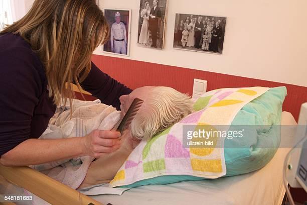 Germany North RhineWestphalia Lohmar SeniorenWohngemeinschaft in Weilerhorn Das geräumige Privathaus wird von 5 alten Damen gemeinschaftlich bewohnt...