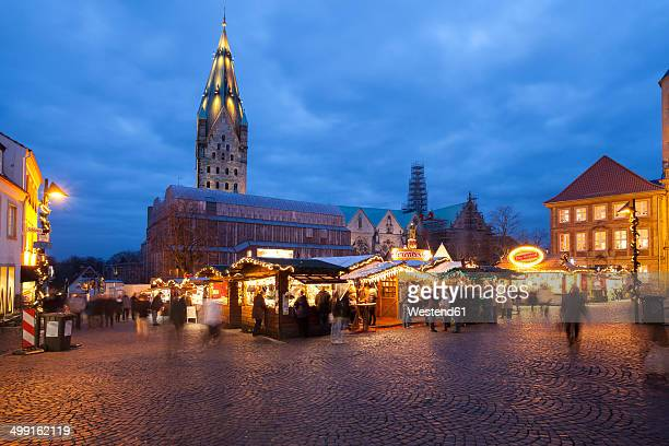 germany, north rhine-westphalia, paderborn, christmas market at domplatz, in the background cathedral - weihnachtsmarkt stock-fotos und bilder