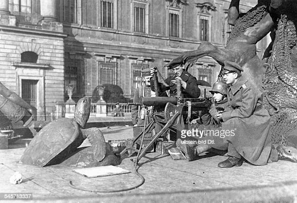 Germany November Revolution Revolutionary troops with a machine gun in position at the Begas fountain in front of the City Castle in Berlin November...
