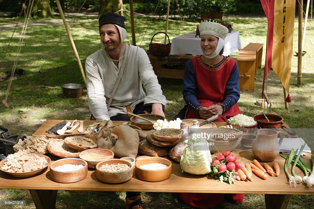 DEU, Germany, NRW, Gelsenkirchen: Typical food from the Holy Roman Empire of German Nation during medieval times : News Photo