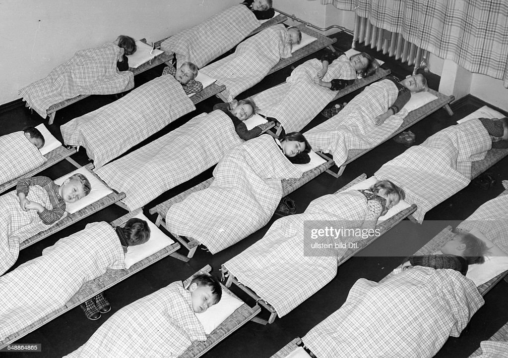 Germany NS Public Welfare - preschool, midday nap in a children's day care center - 01.10.1939 - Photographer: Presse-Illustrationen Heinrich Hoffmann - Published by: 'Berliner Morgenpost' 14.10.1939  : News Photo