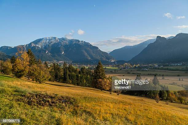 Germany, Oberammergau, view from Feuchtenrain to city with Pulvermoos, Laber and Kofel in the background