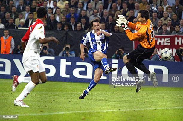 Porto's midfielder Dmitri Alenitchev shoots and scores past Monaco's Italian goalkeeper Flavio Roma to make it 30 during the final of the football...