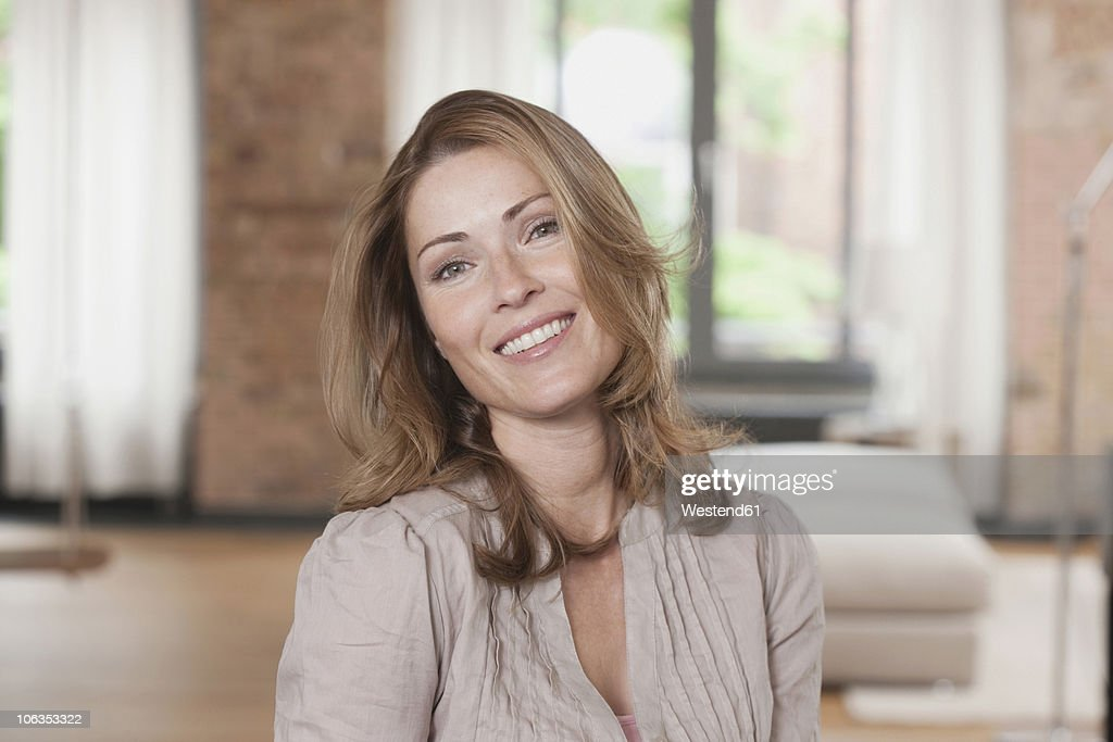 Germany, Portrait of woman, smiling : Stock-Foto
