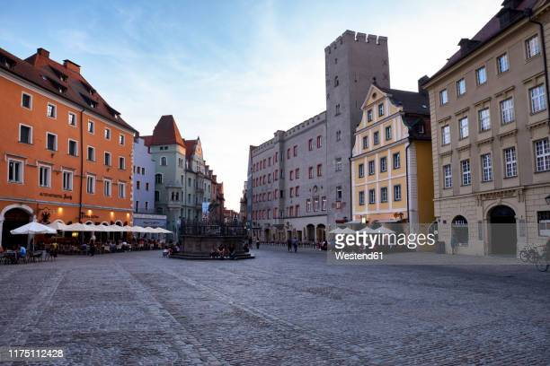 germany, regensburg, historic buildings at haidplatz square with fountain of justice - レーゲンスブルク ストックフォトと画像