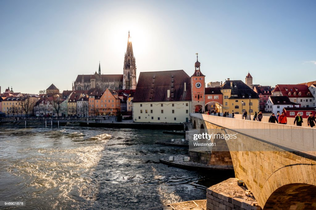 Germany, Regensburg, view to cathedral at the old town with Steinerne Bruecke over Danube river : Foto de stock