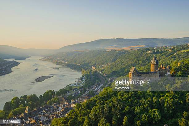 germany, rhineland palatinate, bacharach, stahleck castle, upper middle rhine valley in the evening - tal stock-fotos und bilder