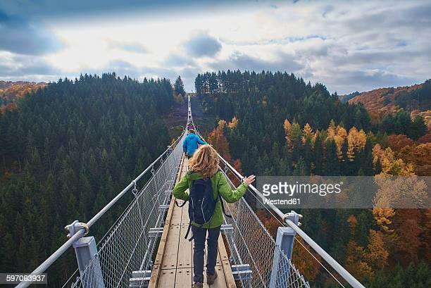 germany, rhineland-palatinate, hunsrueck, saar-hunsrueck-steig, swing bridge geierlay - ラインラント=プファルツ州 ストックフォトと画像