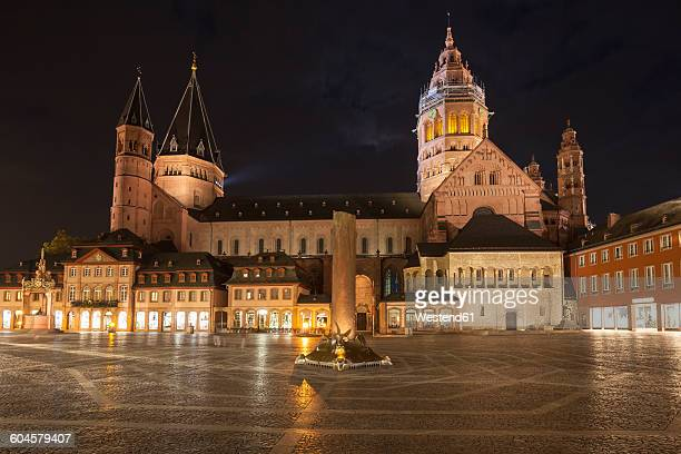germany, rhineland-palatinate, mainz, cathedral and heunen column at market place at night - マインツ ストックフォトと画像