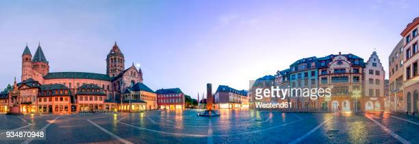 Germany, Rhineland-Palatinate, Mainz, Mainz Cathedral and Cathedral Square in the evening