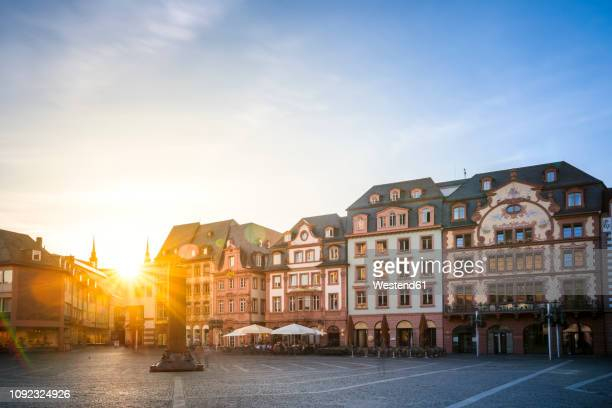 germany, rhineland-palatinate, mainz, old town, cathedral square against the sun - 市場広場 ストックフォトと画像