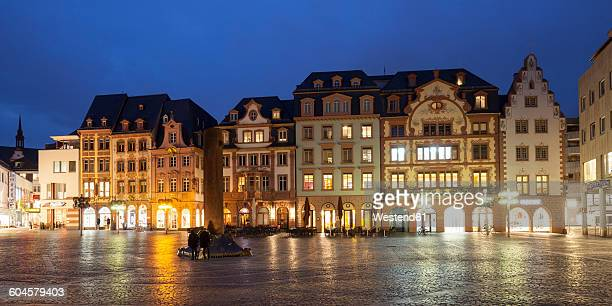 germany, rhineland-palatinate, mainz, view to heunen column at market place - mainz stock-fotos und bilder