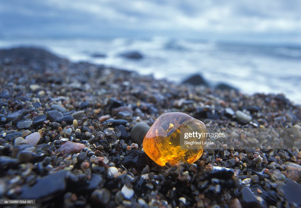 Germany, Rngen, Piece of Amber on seashore, close-up : Stockfoto
