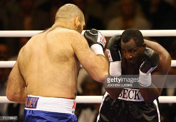 Russian boxer Nikolai Valuev exchanges punches with Owen Beck of the US during their WBA World Championship heavyweight fight late 03 June 2006 at...