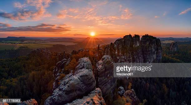 germany, saxony, elbe sandstone mountains, rocks of the falkenstein and schrammsteine at sunset - nationalpark stock-fotos und bilder