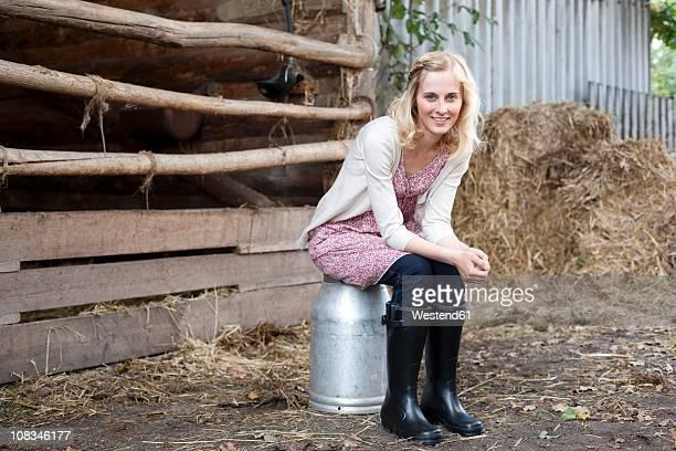 germany, saxony, young woman smiling, portrait - gummistiefel frau stock-fotos und bilder