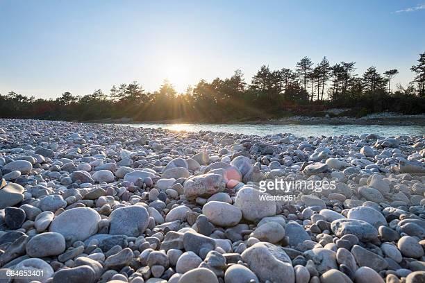 germany, upper bavaria, isarauen, geretsried, gravel bank at isar against the sun - kiesel stock-fotos und bilder