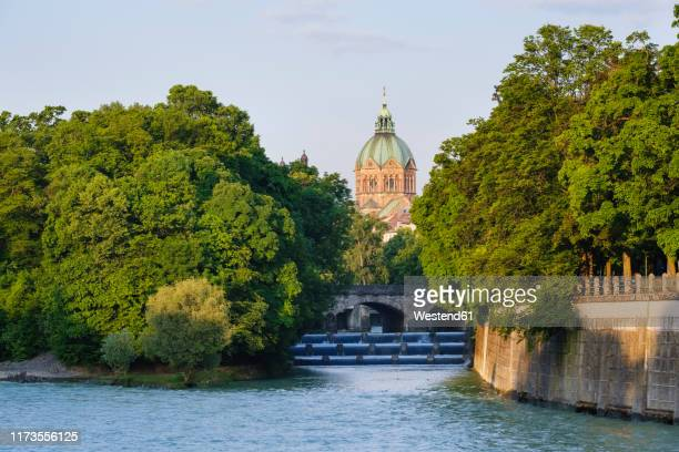 germany, upper bavaria, munich, st. luke's church with isar river and maximiliansbrucke in foreground - fiume isar foto e immagini stock