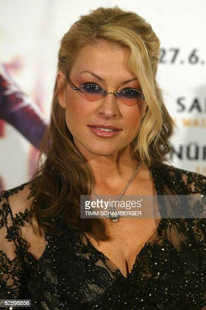 US singer Anastacia poses during a photocall 07 April 2005 in Munich where she announced the stations of her 'Encore Tour' in summer 2005 AFP PHOTO...