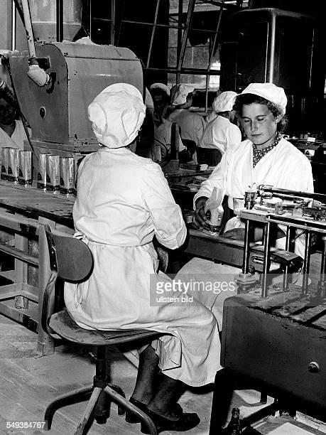 Germany women working in a sugar fabric Suedzucker Regensburg in the fifties