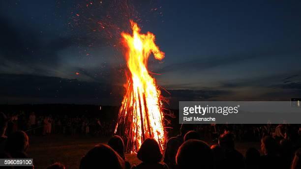 germany-bavaria. customs and tradition. johanis fire at saint john's eve - san juan fotografías e imágenes de stock