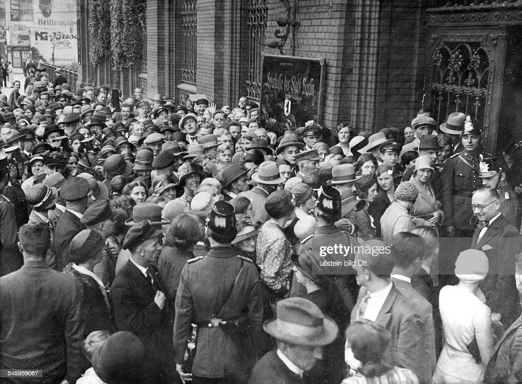 Great Depression 1929-32 - Bank Panic, 1931. / Crowd ...