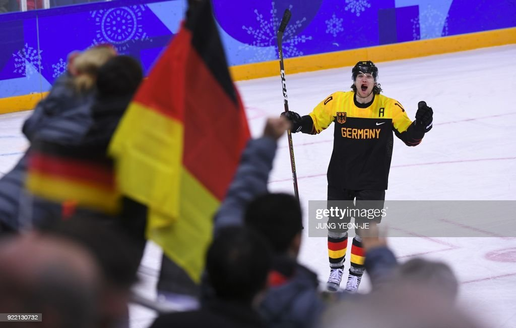 TOPSHOT - Germany's Christian Ehrhoff (R) celebrates the victory after the men's quarter-final ice hockey match between Sweden and Germany during the Pyeongchang 2018 Winter Olympic Games at the Kwandong Hockey Centre in Gangneung on February 21, 2018. / AFP PHOTO / Jung Yeon-je
