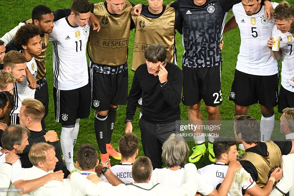 TOPSHOT - Germany's coach Joachim Loew talks to his players before a penalty shootout during the Euro 2016 quarter-final football match between Germany and Italy at the Matmut Atlantique stadium in Bordeaux on July 2, 2016. / AFP / Mehdi FEDOUACH