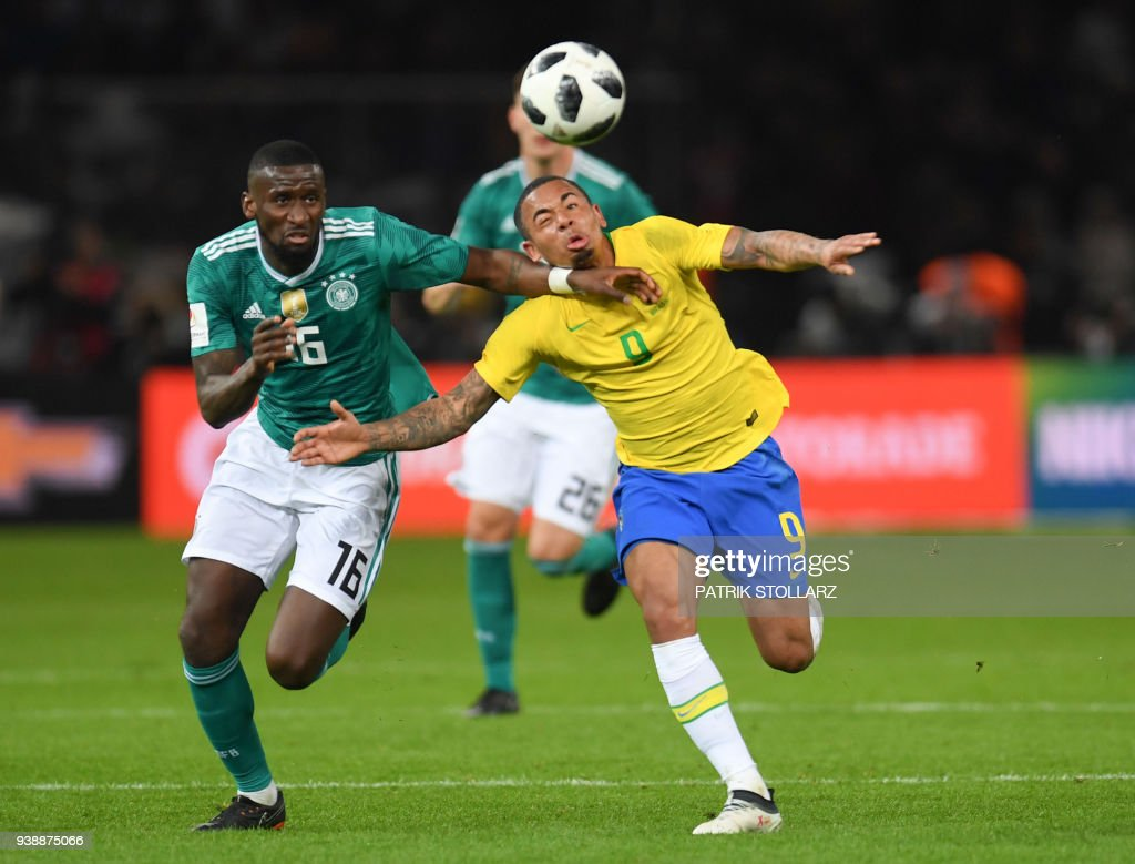 Germany's defender Antonio Ruediger (L) and Brazil's forward Gabriel Jesus vie for the ball during their international friendly football match between Germany and Brazil in Berlin, on March 27, 2018. / AFP PHOTO / Patrik STOLLARZ