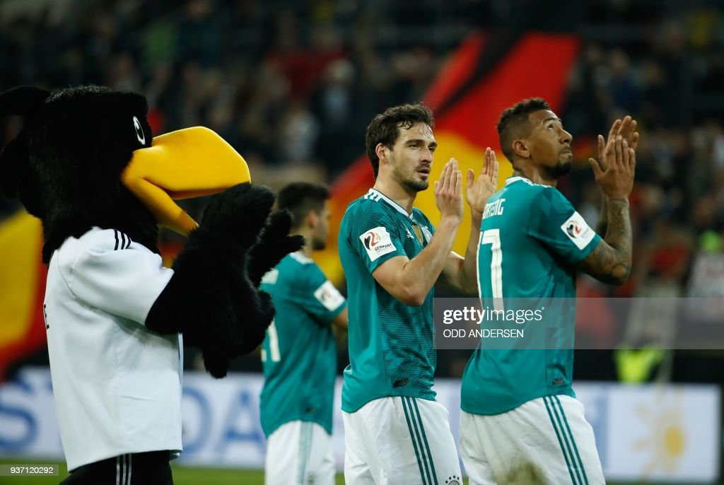 Germany's defender Jerome Boateng (R) and Germany's defender Mats Hummels acknowledge the fans after the international friendly football match of Germany vs Spain in Duesseldorf, western Germany, on March 23, 2018, in preparation of the 2018 Fifa World Cup. / AFP PHOTO / Odd ANDERSEN