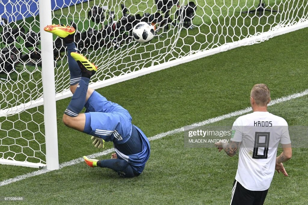 TOPSHOT - Germany's goalkeeper Manuel Neuer (L) concedes a goal during the Russia 2018 World Cup Group F football match between Germany and Mexico at the Luzhniki Stadium in Moscow on June 17, 2018. (Photo by Mladen ANTONOV / AFP) / RESTRICTED