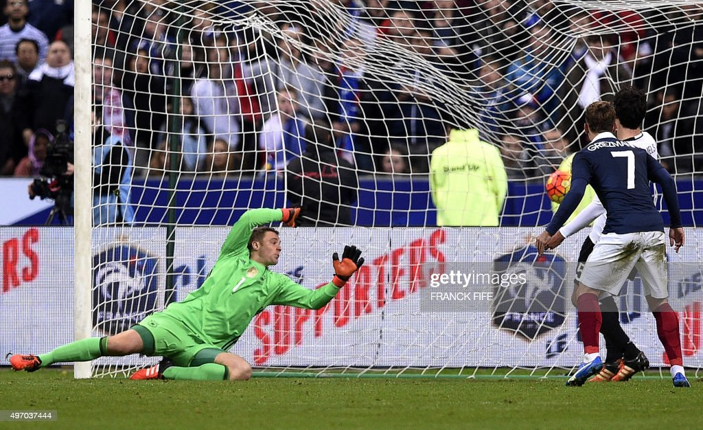 Germany's goalkeeper Manuel Neuer (L) fails to stop a goal by French forward Olivier Giroud (Unseen) during a friendly international football match between France and Germany ahead of the Euro 2016, on November 13, 2015 at the Stade de France stadium in Saint-Denis, north of Paris. AFP PHOTO / FRANCK FIFE