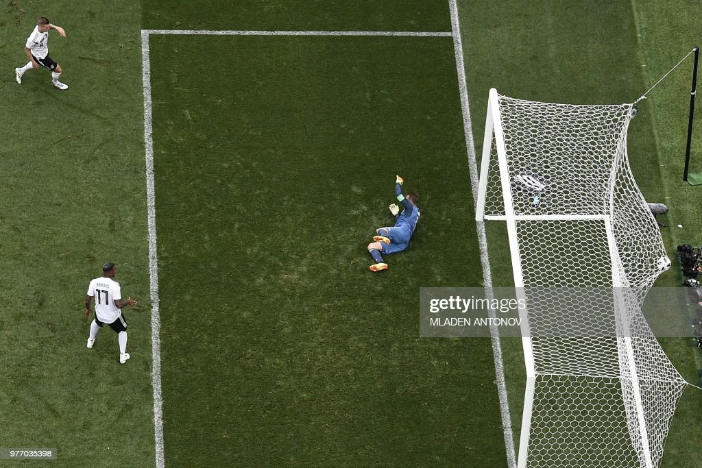 TOPSHOT - Germany's goalkeeper Manuel Neuer (R) fails to stop a shot during the Russia 2018 World Cup Group F football match between Germany and Mexico at the Luzhniki Stadium in Moscow on June 17, 2018. (Photo by Mladen ANTONOV / AFP) / RESTRICTED