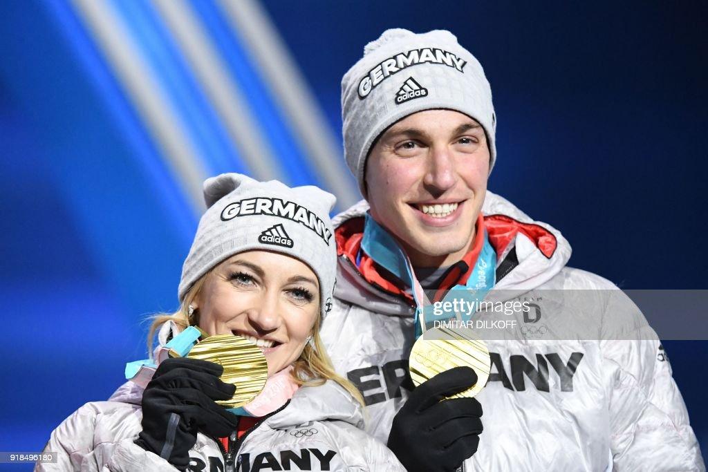 Внесоревновательные новости - Страница 2 Germanys-gold-medallists-aljona-savchenko-and-bruno-massot-pose-on-picture-id918496180