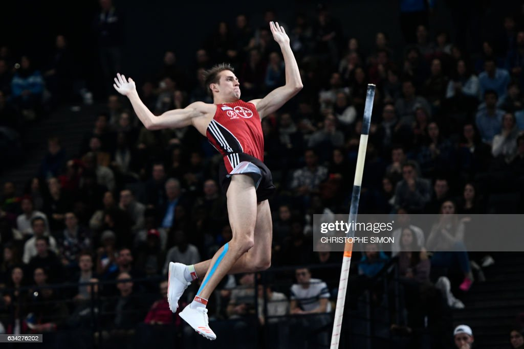 TOPSHOT - Germany's Karsten Dilla competes in the men's pole vault final during the Meeting de Paris Indoor athletics competition in Paris on February 8, 2017. /