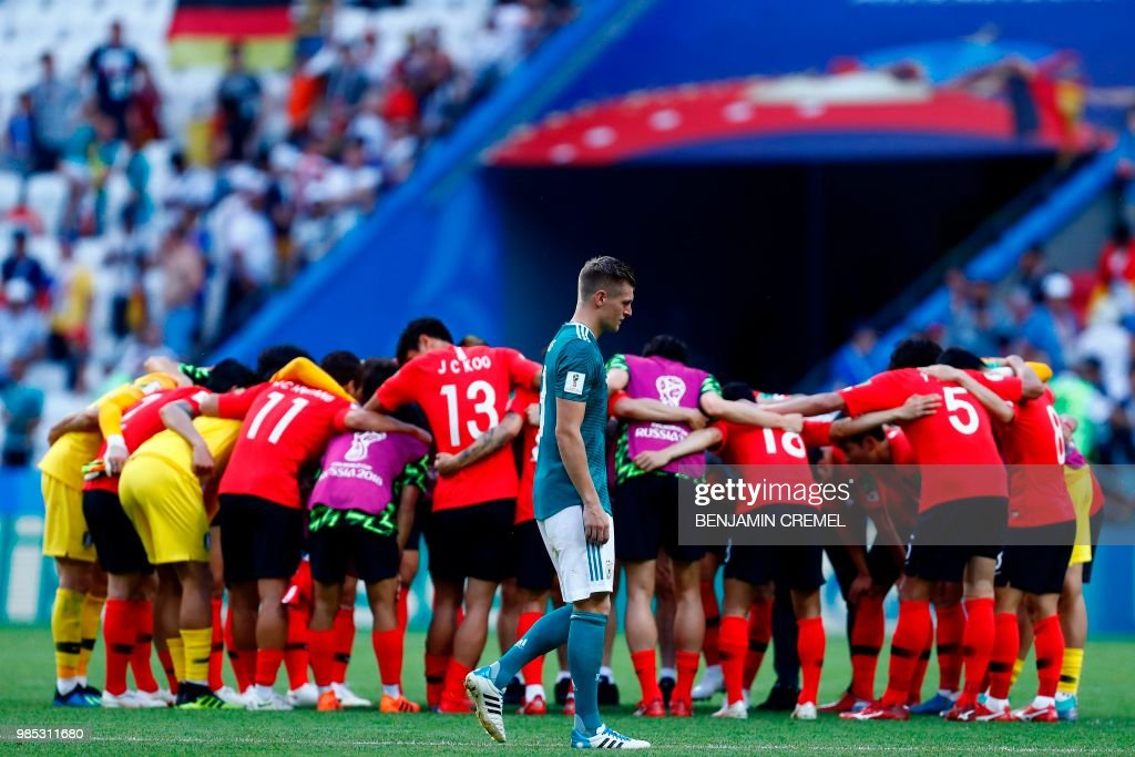 TOPSHOT - Germany's midfielder Toni Kroos (C) reacts following his team's loss during the Russia 2018 World Cup Group F football match between South Korea and Germany at the Kazan Arena in Kazan on June 27, 2018. (Photo by BENJAMIN CREMEL / AFP) / RESTRICTED