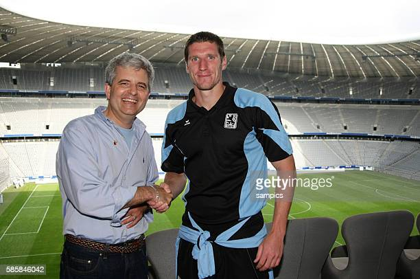 Gerneral consul Conrad Tribble shakes hands with US player Kenny Cooper of 1860 Munich in the arena.